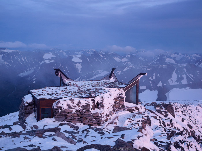 Galdøpiggen summit hut